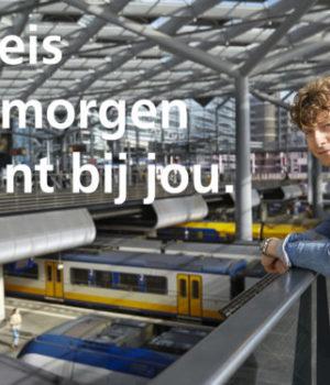 Jongen-op-station-met-slogan-619x375 ns