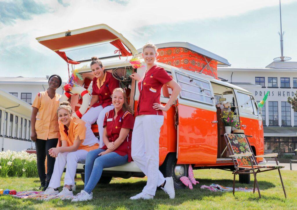 Campagne van de week: de hippiebus die jongeren moet verleiden tot de ouderenzorg
