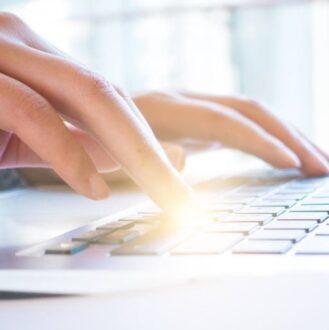Succesvol een vacaturetekst schrijven? Dat moet je volgens recruitmentspecialist Akbar Karenga vergelijken met hoe grote bedrijven, zoals Apple, hun spullen aan de man brengen. 'We moeten als recruiters echt creatiever zijn.'