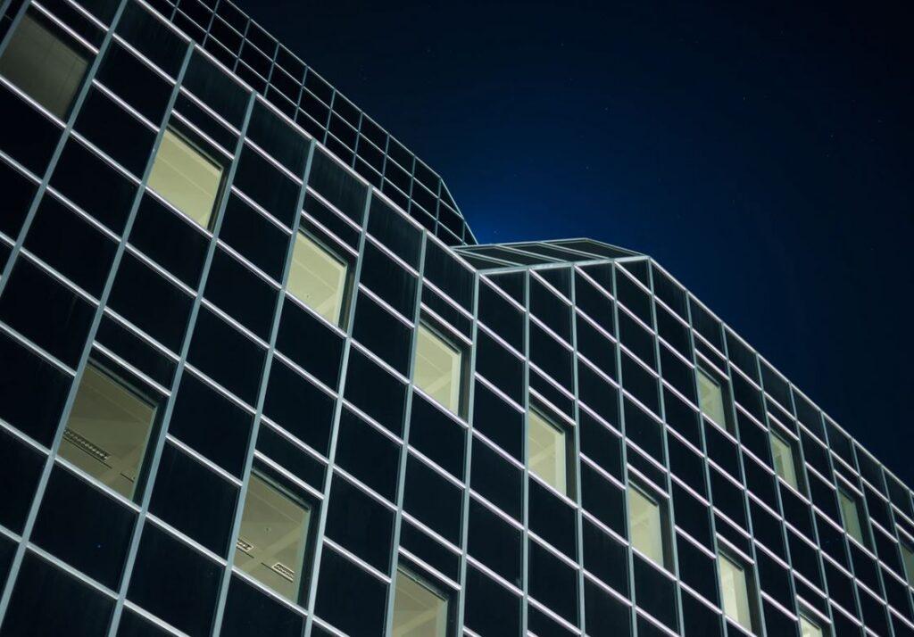 Banken en vervoerders flink uit de gratie bij werkzoekende