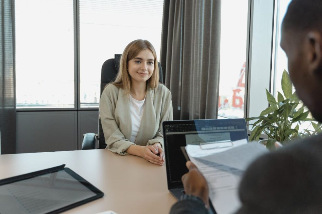 Hoe mannen 'mansplainen' in sollicitatiegesprekken: 13% langer aan het woord